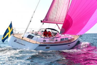 Hallberg-Rassy 44, un 13 metri con doppia pala del timone