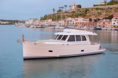 SASGA MENORQUIN 54, Una barca moderna senza tempo