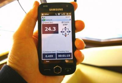 Speciale smartphone, col palmare in mezzo al mare