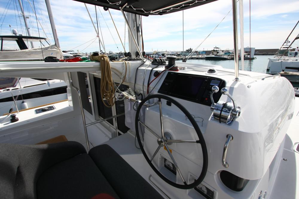 La timoneria è accessibile anche dal passavanti e permette una buona visibilità verso prua e sulle vele.